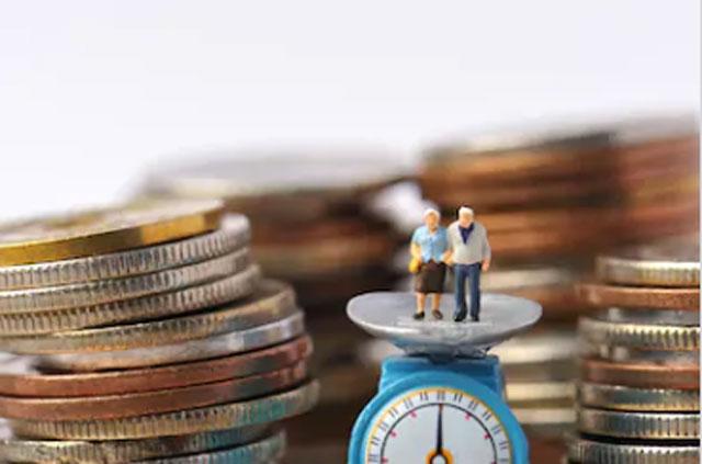 測りに乗った老夫婦と硬貨